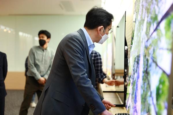 이재용 삼성전자 부회장이 19일 삼성디스플레이 아산사업장에서 제품을 살펴보고 있다.ⓒ삼성전자