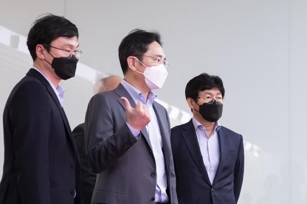 이재용 삼성전자 부회장이 19일 삼성디스플레이 아산사업장에서 임직원들과 대화를 나누고 있다.ⓒ삼성전자