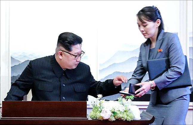 도널드 트럼프 미국 대통령이 김정은 북한 국무위원장에게 신종 코로나바이러스 감염증(코로나19) 방역 협력을 제안해 북한의 수용 여부에 관심이 집중된다. 북미 간 이번 대화가 지지부진했던 남북 간 방역 협력에도 긍정적인 작용을 낳을 수 있어 정부도 시선을 고정하고 있다. ⓒ데일리안