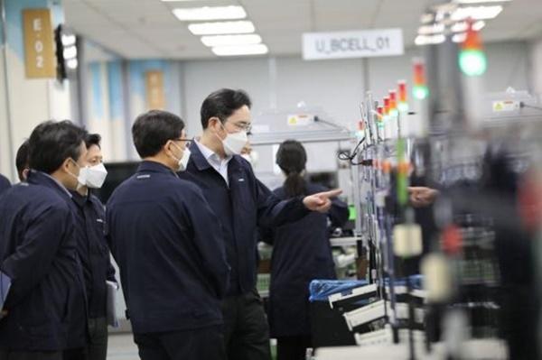 이재용 삼성전자 부회장이 구미사업장에서 스마트폰 생산 라인을 점검하고 있다 ⓒ삼성전자