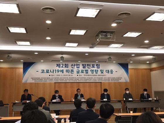 25일 오전 서울 서초구 한국자동차산업협회 대회의실에서 최근 코로나19의 국내외 확산에 따른 자동차 산업 대응 방안을 모색하기 위해