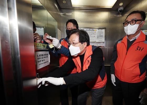 지난 25일 한 임대아파트 승강기에 항균필름을 부착하고 있는 SH공사 임직원 모습이다.ⓒSH공사