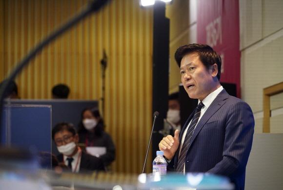 박정호 사장이 SK텔레콤 본사 사옥 4층 수펙스홀에서 주주들에게 경영성과, 사업비전을 설명하고 있는 모습.ⓒSK텔레콤