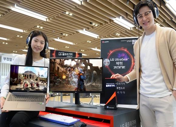 모델이 LG전자 베스트샵 강남본점에서 게임 환경에 적합한 2020년형 'LG 울트라기어' 게이밍 모니터·고성능 노트북을 소개하고 있다