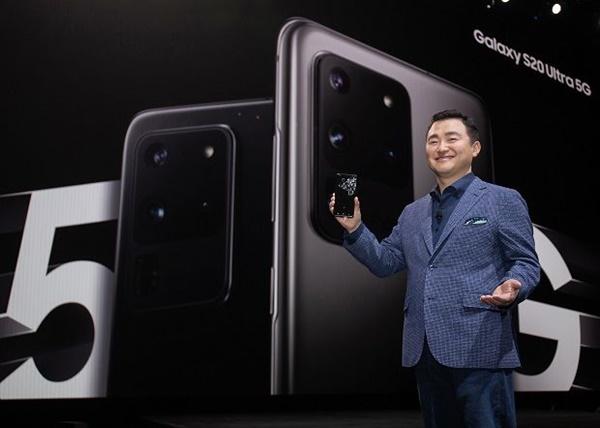 노태문 삼성전자 무선사업부장(사장)이 갤럭시 언팩 행사에서 상반기 전략 스마트폰 갤럭시 S20을 공개하고 있다.ⓒ삼성전자