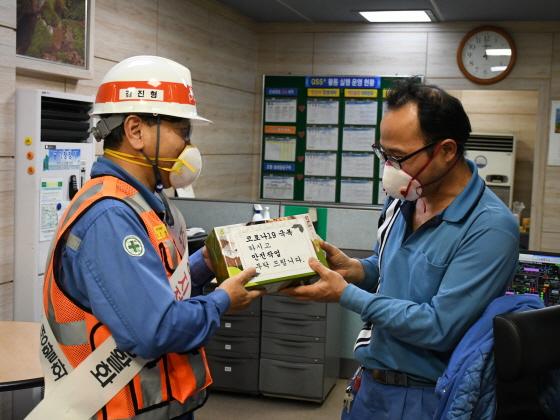 김진형 전기강판부장(왼쪽)이 운전실 직원에게 생강차 분말을 전달하며 철저한 안전관리를 당부하고 있다. ⓒ포스코