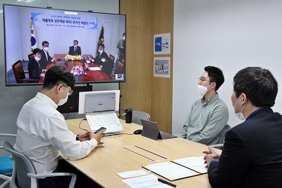 한유순 다방 대표이사(맨 오른쪽)를 비롯한 다방 관계자들이 지난 1일 서울 서초구 본사에서 LH 관계자들과 온라인으로 주택정보 공유 협약을 체결하고 있다.ⓒ한국토지주택공사