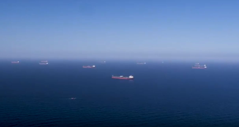 아람코가 자사 인터넷 홈페이지에 올려 놓은 동영상의 한 장면. 아람코의 원유를 공급받기 위해 수 척의 수송선들이 바다 위에 대기하고 있다.[사진캡처=아람코 홈페이지]
