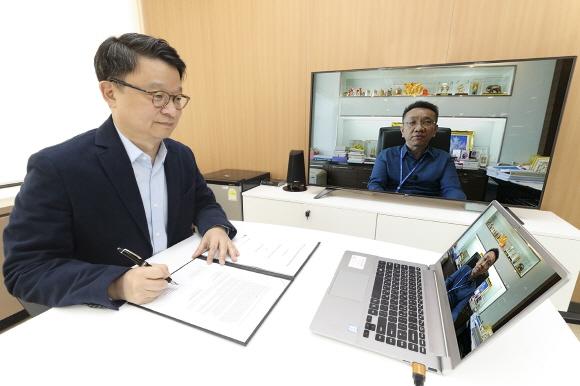 KT 글로벌사업본부장 김영우 상무와 3BB TV 수폿 산얍피시쿨 사장이 화상회의를 하며 계약을 체결하고 있다.ⓒKT