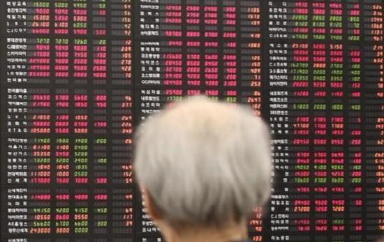 은행권에 배당을 줄이고 자사주 매입도 자제하라는 금융감독원의 권고가 떨어지면서 국내 금융지주들의 고민이 커지고 있다.ⓒ연합