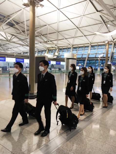 에어서울 운항 및 캐빈승무원들이 베트남 교민 수송을 위해 비행에 나서고 있다.ⓒ에어서울