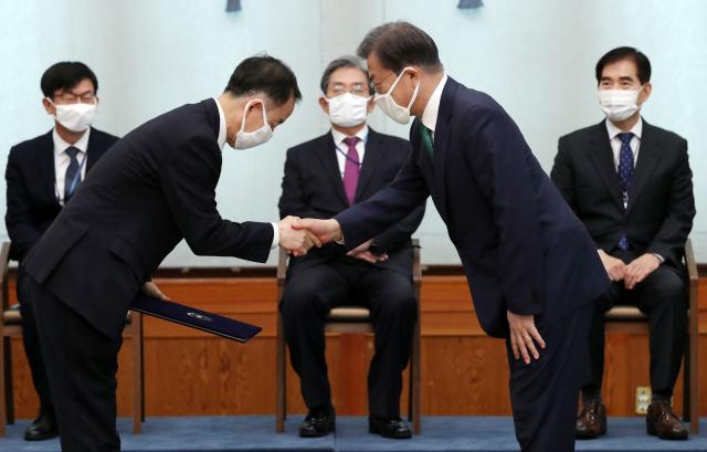 문재인 대통령이 청와대 본관에서 김사열 국가균형발전위원회 위원장에게 위촉장을 수여하고 있다. ⓒ연합뉴스
