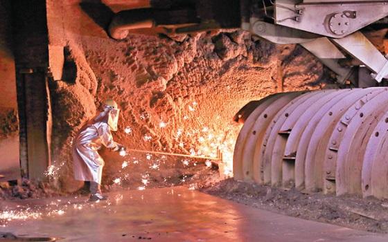 포스코 광양제철소 제1고로 공장에서 한 근로자가 출선작업(철광석을 녹여 쇳물을 뽑아내는 과정)을 하고 있다.ⓒ포스코