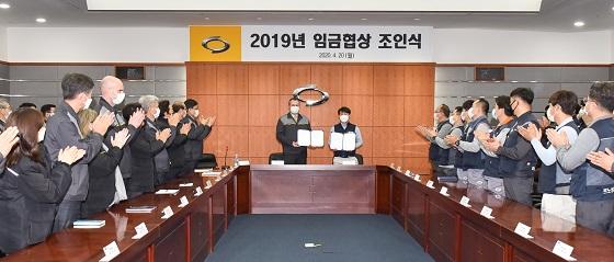지난 20일 부산공장에서 열린 2019년 임금 협상 조인식에서 도미닉 시뇨라 사장(왼쪽)과 박종규 노동조합 위원장이 포즈를 취하고 있다. ⓒ르노삼성
