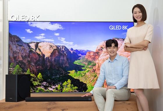 삼성전자 모델이 서울 강남구에 위치한 삼성디지털프라자 강남본점에서 2020년형 사운드바 신제품