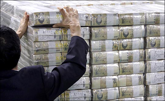 한 은행직원이 돈뭉치를 정리하고 있는 모습, 본문과 관련 없음.ⓒ데일리안DB