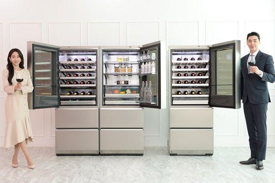 모델이 시그니처(LG SIGNATURE) 와인셀러 신제품(사진 왼쪽)과 기존 제품을 소개하고 있다. 고객은 LG 시그니처 와인셀러 신제품의 오른쪽에 LG 시그니처 상냉장·하냉동 냉장고를 놓고 사용하거나 도어를 여는 방향이 다른 LG 시그니처 와인셀러 두 대를 나란히 붙여서 사용할 수 있다. ⓒLG전자