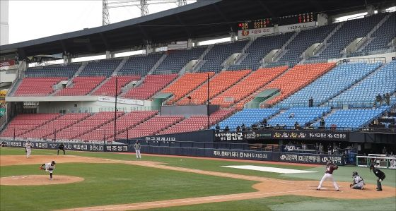 지난달 22일 오후 서울 송파구 잠실야구장에서 두산과 키움의 무관중 연습경기가 진행되고 있다.ⓒ데일리안DB