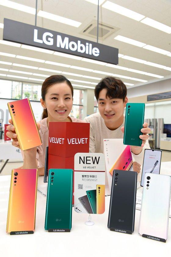 LG전자 모델이 서울시 영등포구에 위치한 LG베스트샵 서울양평점에서 LG 벨벳의 매력적인 디자인을 소개하고 있다. ⓒLG전자