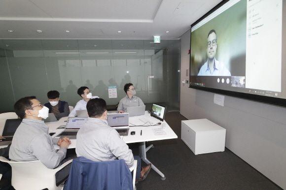 KT AI/BigData서비스담당 변형균 상무(왼쪽 첫 번째)와 빌&멜린다 게이츠 재단 혁신기술 솔루션 담당 이사 댄 와튼도프(화면 속)등 관계자들이 ICT기반 감염병 대응 연구를 위한 화상미팅을 진행하고 있다.ⓒKT
