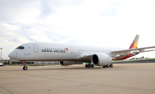 매각 완료에 난항을 겪고 있는 아시아나항공과 이스타항공이 자본잠식 상태에 빠졌다. 사진은 아시아나항공 A350 10호기ⓒ아시아나항공