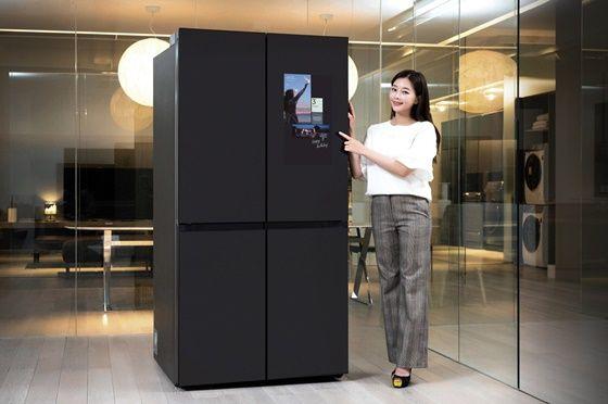 삼성전자 모델이 수원 삼성전자 디지털시티 프리미엄하우스에서패밀리허브가 적용된 비스포크 냉장고 신제품을 소개하고 있다.ⓒ삼성전자