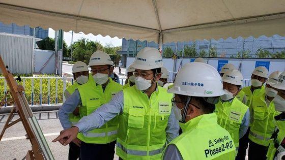 삼성전자 이재용 부회장이 18일 중국 산시성 시안에 위치한 반도체 사업장을 찾아 공장 생산라인을 점검하고 있다. ⓒ삼성전자