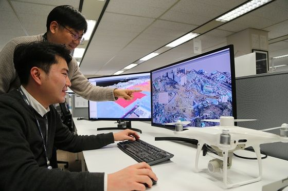 대림산업 직원들이 22일 드론으로 촬영해 3D로 변환한 영상 데이터로 현장 측량 자료를 확인하고 있다.ⓒ대림산업