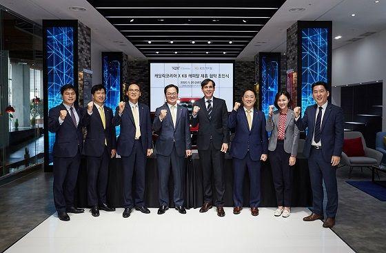 캐딜락코리아 서영득 대표(오른쪽에서 세번째)와 KB캐피탈 황수남 대표이사(왼쪽에서 네번째)가 지난 20일 서울 논현동 캐딜락하우스서울에서 업무제휴 협약을 체결한 후 임직원들과 함께 기념촬영을 하고 있다. ⓒ캐딜락코리아