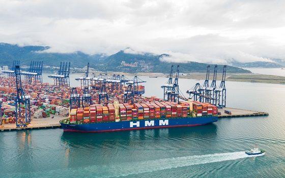 HMM 2만4000TEU급 컨테이너선 알헤시라스호가 중국 얀티안항만에 접안해 있다.ⓒHMM