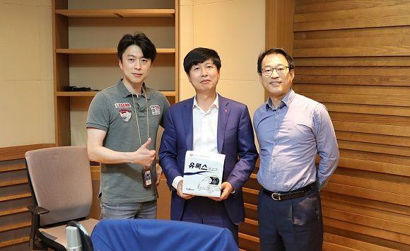 MBC 라디오 출연 (왼쪽부터) 김나진 아나운서, 윤희용 상무, 권용주 국민대겸임교수