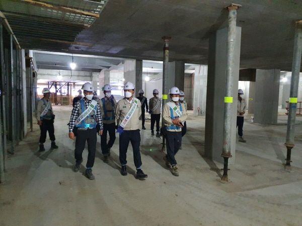 정광식 대보건설 대표와 임직원들이 서울 중랑구 양원공공택지지구 내에서 시공 중인 아파트 현장 시설물 안전 점검을 하고 있다.ⓒ대보건설