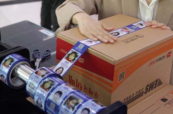 서울 강남 우체국에서 시민들이 장기 실종아동 정보가 인쇄된 '호프테이프'를 이용해 택배상자를 밀봉하고 있다.ⓒ우정사업본부