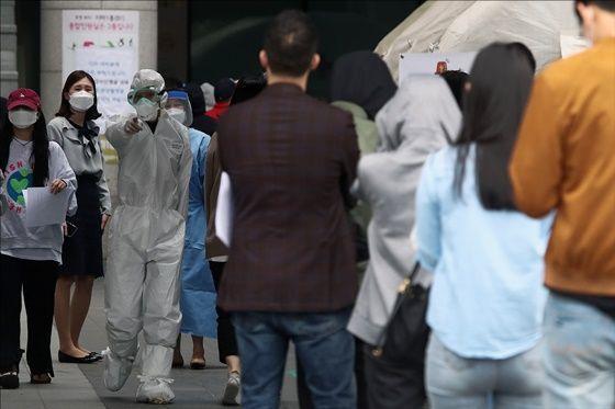 서울 용산구 보건소에 설치된 선별진료소가 코로나19 확진검사를 위한 방문자들로 북적이고 있다.ⓒ데일리안포토