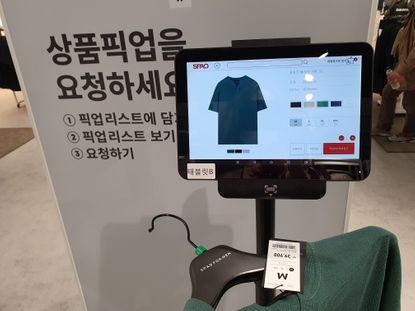 스파오 코엑스점 배치된 RFID 기술을 접목한 상품 픽업대ⓒEBN