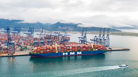 HMM이 보유한 2만4000TEU급 컨테이너선 알헤시라스호가 중국 얀티안항만에 접안해 있다. ⓒHMM