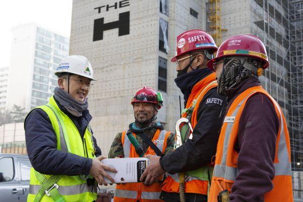 현대건설 관계자가 현장 근로자에게 마스크를 전달하고 있다, 본문과 무관함. ⓒ현대건설