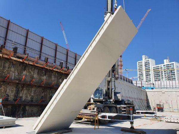 증산2구역 재개발 현장에서 GS건설이 지하주차장 외부 벽체를 모듈러 공법인 프리캐스트 콘크리트로 시공 중이다.ⓒGS건설
