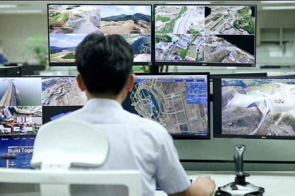 대우건설 기술연구원에서 드론관제시스템을 운영하고 있다.ⓒ대우건설