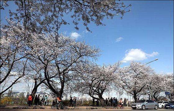 목요일인 28일은 전국에 구름이 많겠다. 경기 북부와 강원도, 전라도 지방에서 비가 조금 내리겠다. ⓒ EBN