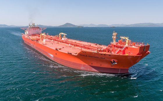삼성중공업이 노르웨이·독일 선급 디엔브이 쥐엘(DNV GL)로부터 공식 인증받은 15만톤급 스마트 셔틀탱커 이글페트롤리나호가 바다를 항해하고 있다.ⓒ삼성중공업