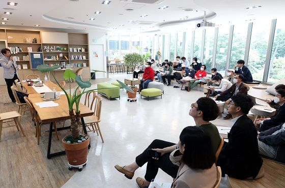SH시민주주단 멤버들이 지난 19일 청신호 명동 홍보관에서 회의를 진행 중인 모습.ⓒ서울주택도시공사