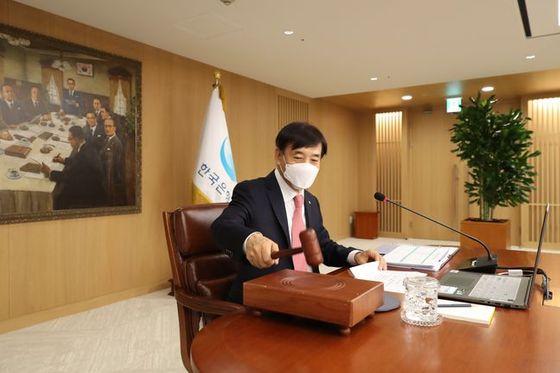28일 열린 금통위에 참석한 이주열 한국은행 총재가 의사봉을 두드리며 회의 개시를 선언하고 있다.ⓒ한국은행
