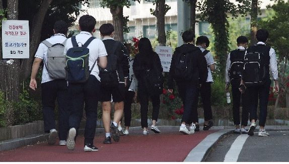 코로나19 신규 확진자의 지속적인 증가로 정부가 강화된 생활 속 거리두기를 시행하기로 한 가운데 29일 오전 서울 동대문구의 한 고등학교에서 학생들이 정상 등교를 하고 있다. ⓒEBN