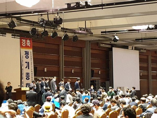 반포3주구 시공사 선정 총회에서 조합원들이 투표한 투표 용지를 개표하고 있다.ⓒEBN