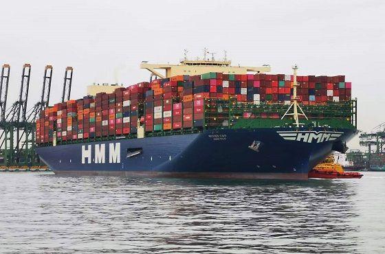 2만4000TEU급 컨테이너 2호선 HMM오슬로호가 만선으로 28일 싱가포르에서 유럽으로 출항하고 있다.ⓒHMM