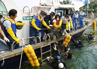 최정우 포스코 회장, 회사 봉사단과 해양정화활동