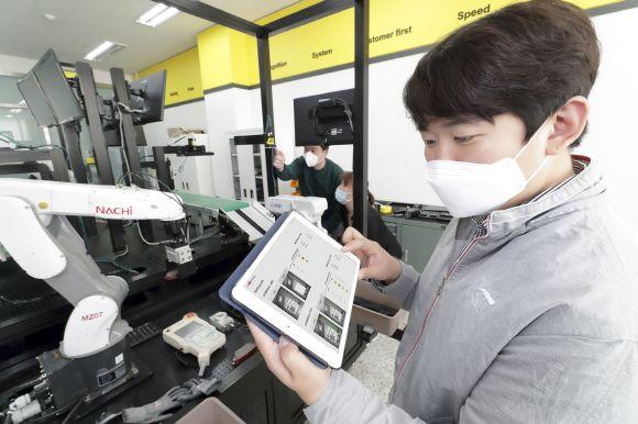 경기도 수원 코그넥스코리아 연구소에서 KT와 코그넥스 직원들이 'KT 5G 스마트팩토리 머신비전' 솔루션을 점검하고 있다.ⓒKT