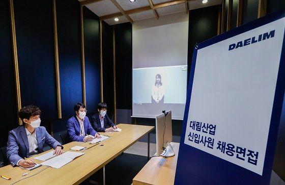 대림산업 면접관들이 지난 5월 30일 서울 광화문 사옥에서 비대면 면접 시스템을 시연 중인 모습.ⓒ대림산업