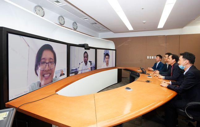 (TV화면 왼쪽부터) 탄달 퓨(Tandar Phyu) 디렉터 /에 나잉 모(Ye Naing Moe) 국장 / 나이 묘 칸트(Nay Myo Khant) 디렉터. ⓒSKT